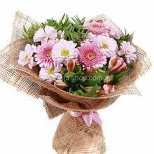 Герберы, веточные хризантемы, розовые альстромерии, натуральная упаковка