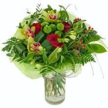 Красно-зеленый букет из роз, орхидей, хризантем, альстромерий и зелени