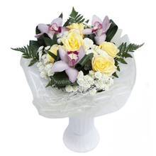 Букет из желтых роз, орхидей цимбидиум, хризантем и зелени ледерварена