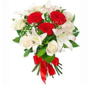 Букет из белых лилий и красных роз