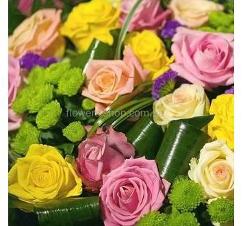 Розы разных сортов, хризантемы, лимониум, зелень