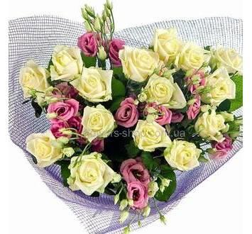 Букет из роз и эустом в декоративной сетке