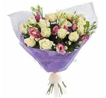 Композиция из белых роз и розовых лизиантусов, в декоративной сетке