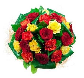 Розы разных сортов, листья аспидистры, упаковка