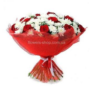 Букет из белых веточных хризантем и красных роз