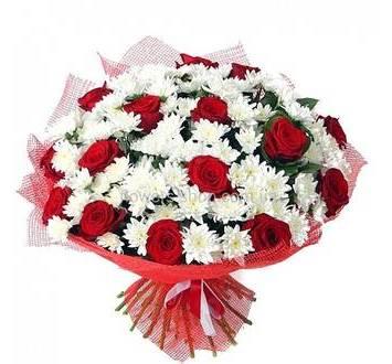 Букет из роз и хризантем в красной упаковке