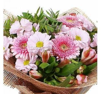 Букет из розовых цветов, в упаковке