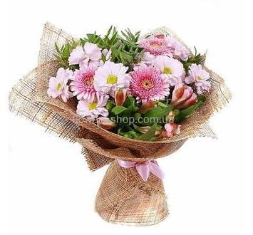 Букет из розовых гербер, хризантем и альстромерий в сетке