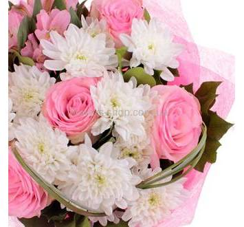 Букет из розовых роз и белых хризантем, берграсс