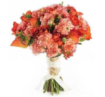 Букет из гвоздик, оранжевых роз и гиперикума