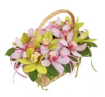 Орхидеи с декоративной зеленью в корзине