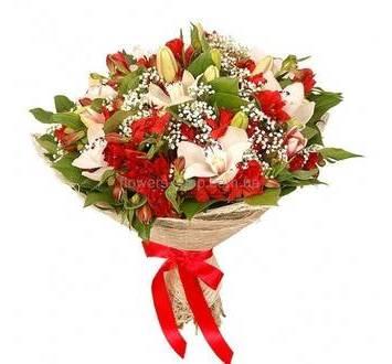 Букет из красных альстромерий, орхидей цимбидиум и белых лилий