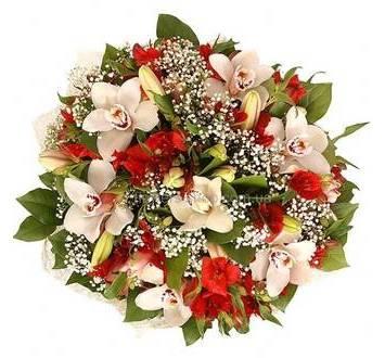 Круглый букет с орхидеями, альстромериями, крупными лилиями и зеленью