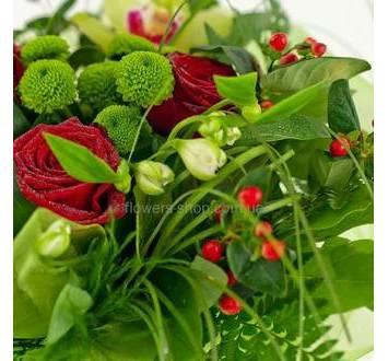 Красные розы, много зелени, гиперикум, зеленые хризантемы