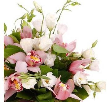Букет из белых лизиантусов и орхидей цимбидиум, с зеленью, в упаковке