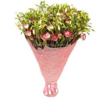 Букет розовых эустом, упакованных в сизаль