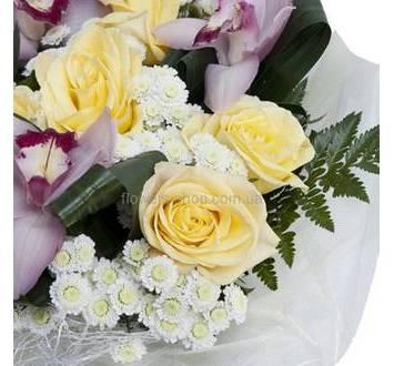 Круглый букет с орхидеями, розами, мелкими хризантемами, в декоративной упаковке