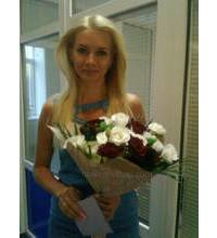 In Nikolaev delivered a bouquet of red roses and white chrysanthemums