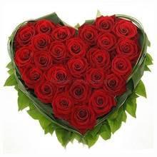 Сердце из красных украинских роз с декоративной зеленью