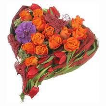 Сердце из оранжевых роз, орхидеи Ванда, тюльпанов и трахелиума