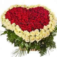 Сердце из красных и белых роз, с зеленью ледерварена в корзине