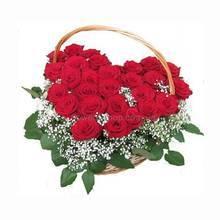 Сердце из красных роз с гипсофилой и зеленью в корзине