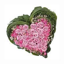 Сердце из розовых роз, бувардии, зелени аспидистры и берграсса