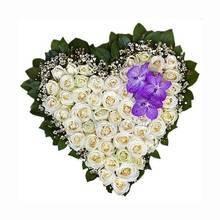 Сердце из белых роз и орхидеи Ванда, с бувардией и декоративной зеленью