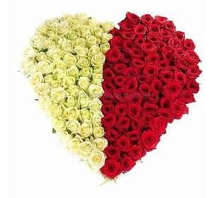 Композиция на оазисе в форме сердца из роз