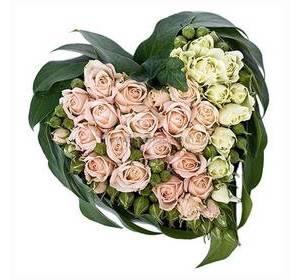 Сердце из кустовых роз белого и розового цвета с зеленью