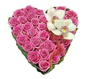 Сердце из роз Аква и белых орхидей цимбидиум