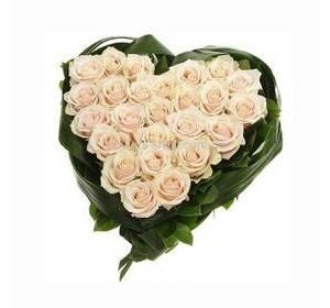 Сердце из кремовых роз, с зеленью аспидистры