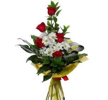 Букет с розами и хризантемами, аспидострой, салалом, упакованный в сизаль