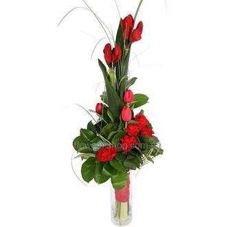 Букет из красных тюльпанов, амариллиса и роз, с зеленью аспидистры, берграсса и салала