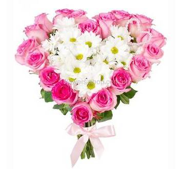 Букет в форме сердца из роз и хризантем