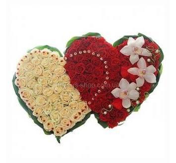 Два сердца из красных роз и орхидей цимбидиум