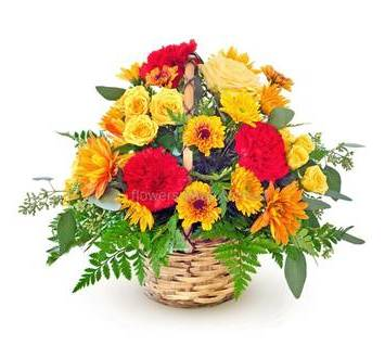 Корзина с желтыми розами и хризантемами, гвоздиками и декоративной зеленью