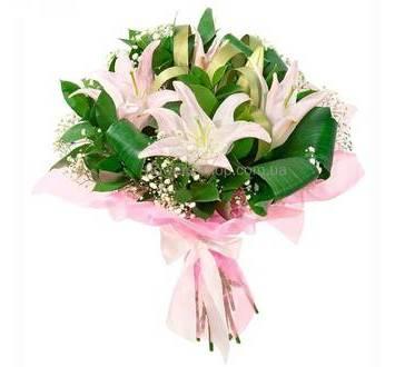 Букет с белыми лилиями, аспидистрой, гипсофилой, в упаковке