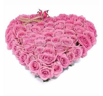 Композиция в форме сердца из розовых роз