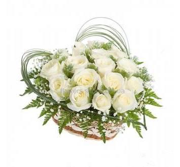 Сердце из белых роз с берграссом и ледервареном