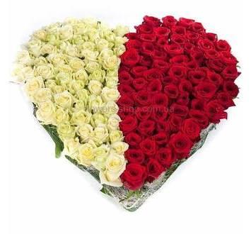 Сердце из красных и белых роз