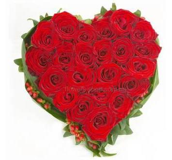 Сердце из красных роз, гиперикума и зелени