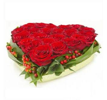 Сердце из роз Гран При на флористическом оазисе с зеленью