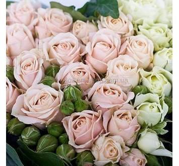 Белые и розовые веточные розы