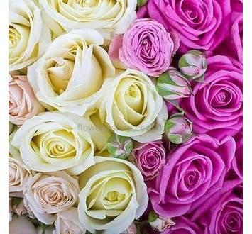 Сердце из кустовых и одиночных роз, с декоративной зеленью