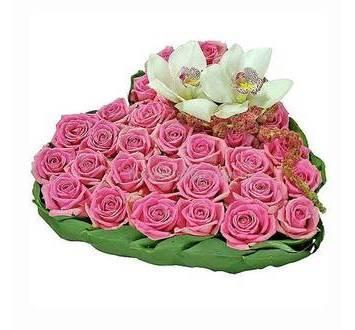 Сердце из розовых роз, орхидей и декоративной зелени