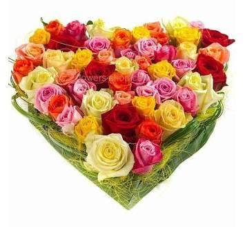 Сердце из роз разных сортов, с аспидистрой и берграссом