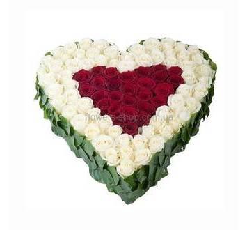 Цветочное сердце на флористическом оазисе из роз красного и белого цвета