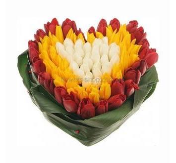 Композиция в форме сердца из тюльпанов и аспидистры