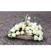 Кошик з білих троянд і еустом в Запоріжжі